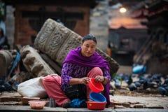 卖加德满都Durbar广场,尼泊尔的妇女 图库摄影