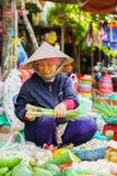 卖发芽葱和其他新鲜蔬菜的亚裔贸易商 免版税库存照片