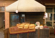 卖可口Uyghur面包'Nang的'摊贩 库存图片