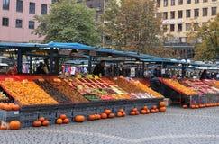 卖各种各样的产品、食物和花的室外市场 免版税库存照片