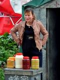 彭州,中国: 卖蜂蜜的妇女 库存图片