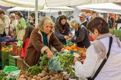 卖和买在一个传统农夫市场上的人们在葡萄牙,欧洲 库存照片
