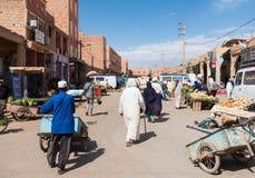 卖和买食物的摩洛哥人在Rissani,摩洛哥 免版税图库摄影