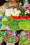 卖圆白菜黄瓜夏南瓜和新芽的亚洲街市 库存照片