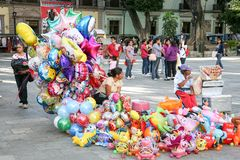 卖在一个中心广场的妇女明亮的五颜六色的baloons Oa的 库存照片