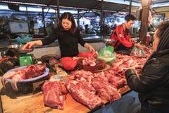 卖在一个地方市场上的妇女肉在河内,越南 库存图片