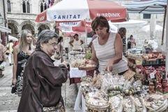 卖在一个开放的市场上的当地人民在老镇杜布罗夫尼克在克罗地亚 库存图片