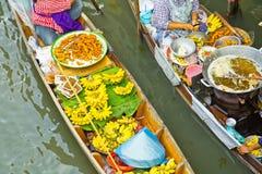 卖在一条小船的食物在浮动市场上,泰国 免版税库存照片