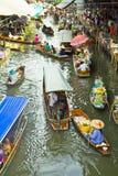 卖在一条小船的食物在浮动市场上,泰国 库存图片