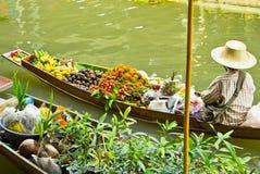 卖在一条小船的食物在浮动市场上,泰国 图库摄影