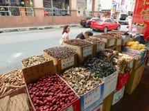 卖在唐人街的干草本和干食物 库存照片