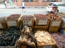 卖在唐人街的干草本和干食物 图库摄影