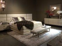卖在商店的精密卧室家具 免版税库存照片