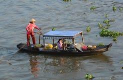 卖在小船的人们食物在芹苴市,越南南方 库存照片