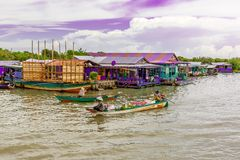 卖在小船的妇女食物在一个浮动村庄在柬埔寨 库存照片