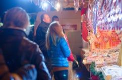 卖在摊位的妇女传统甜点在圣诞节市场上在维也纳 12月在维也纳 库存照片