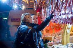 卖在摊位的妇女传统甜点在圣诞节市场上在维也纳 12月在维也纳 库存图片