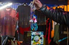 卖在摊位的妇女传统甜点在圣诞节市场上在维也纳 12月在维也纳 图库摄影