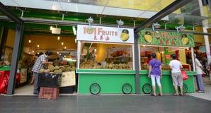 卖在摊位的新鲜水果 库存图片