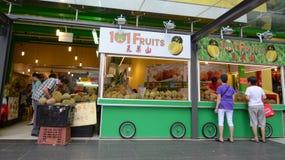 卖在摊位的新鲜水果 免版税库存图片