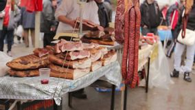 卖在摊位的熏制的肉,街市 股票录像