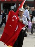 卖在正方形的土耳其年长人国旗在埃及义卖市场前面 免版税库存图片