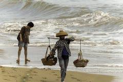 卖在海滩三亚妇女的中国 免版税库存照片