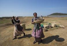 卖在特兰斯凯海岸的科萨人妇女小珠南非 免版税库存照片