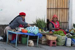 卖在苏克雷,玻利维亚街道的未认出的玻利维亚的妇女菜  免版税图库摄影