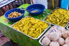 卖在街市上的许多果子蜜饯 免版税库存图片