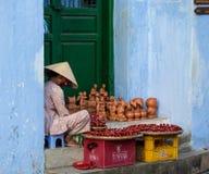 卖在街道上的一个老妇人纪念品在会安市,越南 图库摄影