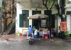 卖在街道上的人们饮料在太原,越南 免版税库存图片