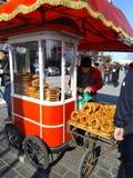 卖在街道上的多数著名土耳其小圆面包simit 免版税库存照片