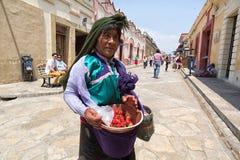 卖在街道上的妇女草莓 库存照片