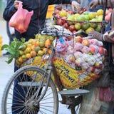 卖在街道商店的新鲜水果 库存照片