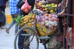 卖在街道商店的新鲜水果 免版税库存照片