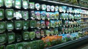 卖在超级市场的新鲜蔬菜沙拉 免版税库存照片