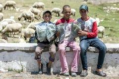 卖在路旁的男孩狂放的薄菏在中间阿特拉斯山脉,摩洛哥 库存图片