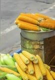 卖在路边的煮熟的玉米在南印度,南亚 免版税库存图片