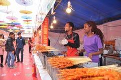 卖在食物街道上的夫妇烤羊羔kebab 库存照片