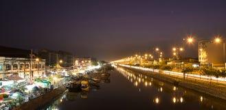 卖在Binh东轮渡开花在晚上,胡志明市,越南 免版税库存图片