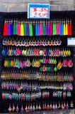 卖在Shuhe古镇,云南中国的五颜六色的耳环 免版税库存照片