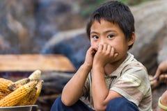 卖地方产物的不丹男孩 免版税库存照片