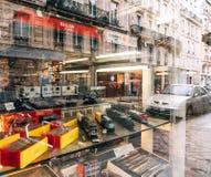 卖多个玩具可收回的式样火车的商店窗口门面 免版税库存照片