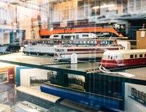 卖多个玩具可收回的式样火车的商店窗口门面 免版税图库摄影