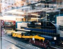 卖多个玩具可收回的式样火车的商店窗口门面 库存照片