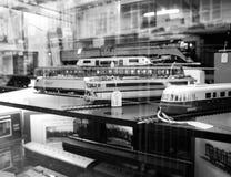 卖多个玩具可收回的式样火车的商店窗口门面 库存图片