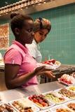 卖奶蛋烘饼的女性售货员在布鲁塞尔 库存图片