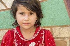 卖小组织包裹的一个小女孩的画象在stree 免版税库存图片