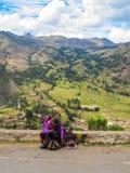 卖工艺品的秘鲁妇女在Pisaq 免版税库存照片